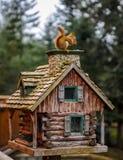 Das Eichhörnchen auf dem hölzernen Haus stockbild