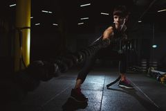 Das Eignungsmädchen, das crossfit tut, trainiert in der Turnhalle mit großem einfangen DA Lizenzfreies Stockfoto