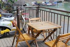 Das einfache Freiluftcafé von shapowei schützte Dock Stockfoto