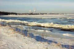 Das Einfrieren auf dem Volga macht es schwierig wegen des Stroms stockbild