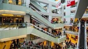 Das Einkaufszentrum ist von den Kunden während des Frühlingsfests in Peking voll stock video
