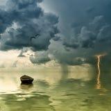 Das einsame alte Boot in dem Ozean Lizenzfreie Stockfotos