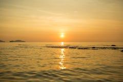 Das einsame Boot im Meer Stockfoto