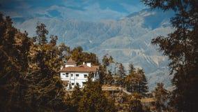 Das einsame Haus im Berg mit schöner Landschaft stockfotos