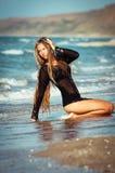 Das einsame Mädchen auf einer Ozeanküste Stockbilder
