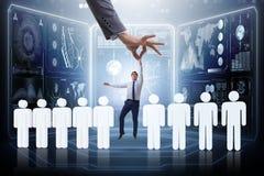 Das Einstellungskonzept mit der Hand, die den besten Angestellten auswählt Stockbild