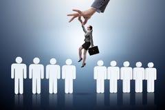 Das Einstellungskonzept mit der Hand, die den besten Angestellten auswählt Lizenzfreie Stockbilder
