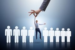 Das Einstellungskonzept mit der Hand, die den besten Angestellten auswählt Stockfoto