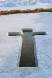 Das Eis auf dem See, der, in Form eines Kreuzes vorbereitet wird für am 19. Januar ist, nimmt Weihwasser Stockfoto