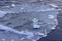 Das Eis auf dem Wasser Stockbilder