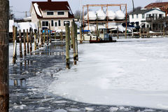 Das Eis, das Boot bricht, stellt einen Weg an den Babylon-Docks her stockbilder
