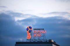 Das Emblem der Fußball-Weltmeisterschaft in Jahr Russlands im Jahre 2018 auf die Oberseite des Gebäudes Lizenzfreies Stockfoto