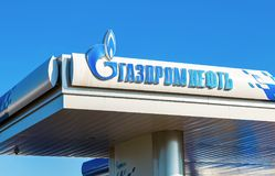 Das Emblem des Ölkonzerns Gazpromneft auf der Tankstelle GA Stockbild