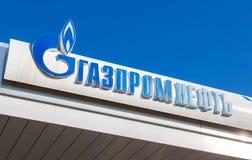 Das Emblem des Ölkonzerns Gazpromneft auf der Tankstelle GA Lizenzfreie Stockfotografie