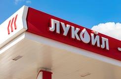 Das Emblem des Ölkonzerns Lukoil auf der Tankstelle Lizenzfreies Stockfoto