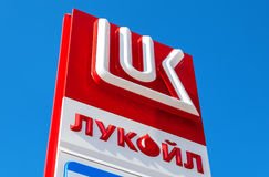 Das Emblem des Ölkonzerns Lukoil gegen das blauer Himmel backgr Lizenzfreie Stockfotos