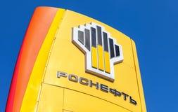 Das Emblem des Ölkonzerns Rosneft gegen das blauer Himmel backg Lizenzfreies Stockbild
