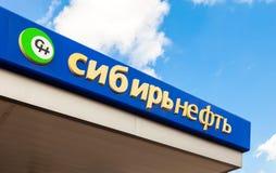 Das Emblem des Ölkonzerns Sibir Neft auf der Tankstelle Stockfotografie