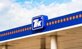 Das Emblem des Ölkonzerns TNK auf der Tankstelle Stockbild
