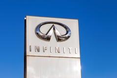 Das Emblem INFINITI auf Hintergrund des blauen Himmels Stockbilder