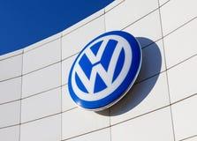 Das Emblem Volkswagen auf Hintergrund des blauen Himmels Lizenzfreies Stockfoto