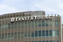 Das Emblem von Ernst & Young Stockfotos