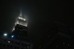 Das Empire State Building in einer nebeligen Nacht in New York Lizenzfreies Stockfoto