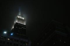 Das Empire State Building in einer nebeligen Nacht in New York Lizenzfreies Stockfoto
