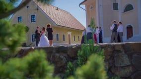 Das Ende der Hochzeit mit einem Wurf stock footage