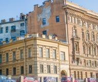 Das Ende des Hauses auf der Ufergegend in St Petersburg Stockfotografie