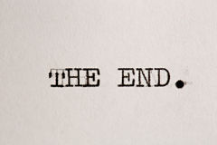 Das Ende? geschrieben auf eine alte Schreibmaschine und ein altes Papier Lizenzfreie Stockbilder