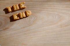 Das Ende? geschrieben auf eine alte Schreibmaschine und ein altes Papier Essbare Buchstaben Lizenzfreies Stockfoto
