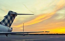 Das Endstück eines Flugzeuges auf einem Sonnenunterganghintergrund lizenzfreie stockbilder