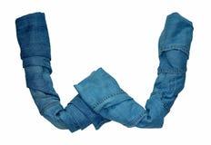 Das englische Alphabet wird von den Buchstaben ausgebreitet, die aus Jeanskleidung des verschiedenen Schattens bestehen lizenzfreies stockfoto