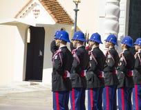 Die militärische Streitkraft, welche die Änderung des Schutzes durchführt   Lizenzfreies Stockbild
