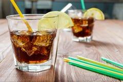 Das Erfrischungsgetränk mit Eis und Zitrone Lizenzfreie Stockfotos