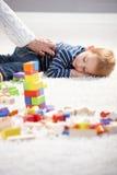 Das Erhalten des kleinen Jungen ermüdete beim Spielen Lizenzfreies Stockbild