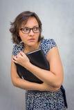 Das erschrockene Mädchen mit einem Ordner Stockbilder