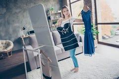 Das erste Kleid ist wunderbar und zweite ist auch nett! Bea Stockbilder