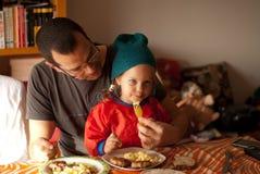 Das Essen des kleinen Mädchens Stockbild