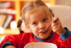 Das Essen des kleinen Mädchens Lizenzfreies Stockfoto