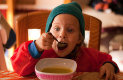 Das Essen des kleinen Mädchens Lizenzfreie Stockfotos