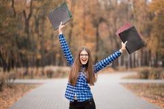 Das euphorische Tragen des Siegermädchens im blauen Hemd, glaubende große Sachen auf Karriereweise, hinarbeitend auf Erfolg und e lizenzfreies stockbild