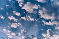 Das ewige Thema nimmt Wolken mit Tausenden Gesichtern gefangen stockfotografie