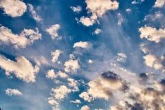 Das ewige Thema nimmt Wolken mit Tausenden Gesichtern gefangen stockfoto