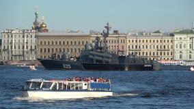 Das Exkursionsboot segelt gegen den Hintergrund des Flugboot ` Dimitrovgrad-` im Wasserstand des Neva St Petersburg stock video