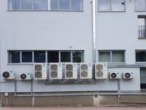 Das externe Teil der Klimaanlage ist auf der Wand des Industriegeländes Belüftungsgerät für Lufterfrischung lizenzfreie stockfotos