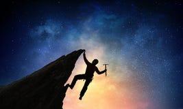 Das extreme Klettern ist seine Adrenaline Gemischte Medien Stockfotos