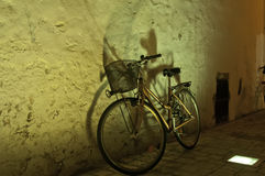 Das Fahrrad, das an einer Wand steht Stockbild