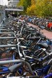 Das Fahrrad, das nahe dem Bahnhof parkt Stockfoto